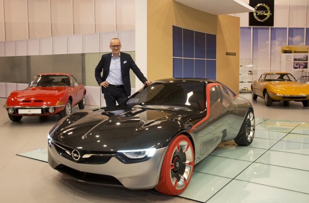 dr Neumann odwiedza Opel GT Show na Techno Classica